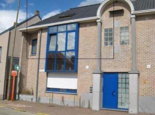 Ruim dublex-appartement in het centrum van Schaffen (Diest). Indeling : inkomhal, ruime living, keuken apart volledig ingebouwd met alle toestellen, a