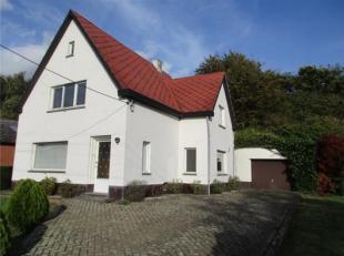 Uitermate rustig gelegen woning op 5 minuten van oprit 24 E313 Antwerpen/ Hasselt. Inkomhal, zonnige living, gezellige keuken, kleine veranda, bergkel