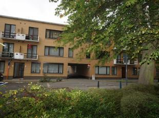 Rustig gelegen appartement aan het Eikelplein te Tessenderlo. Gemeenschappelijke inkomhal, privé-inkom, prachtige living met open haard, gerief