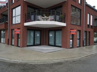 Zéér praktisch gelijkvloersappartement  met terras, uitgevende op rustig dorpspleintje van Schoot-Tessenderlo. Inkomhal, volledig uitger