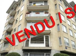 Mooie 2 kamers appartement gelegen op de 1e verdieping van een klein gebouw op de hoek. Woonkamer met uitzicht op het terras met een maximale zonnesch