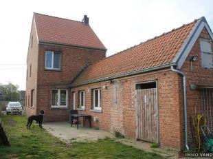Geel. Puntstraat. Woning in open bebouwing op maar liefst 1.040 m2. Woning bestaande uit: inkomhal met trap naar de verdieping. Leefruimte met vooraan