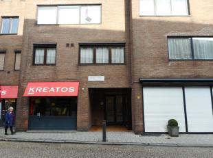 Appartement in het centrum van Geel, met ondergrondse autostaanplaats en kelder op verdiep -1, bestaande uit: inkomhal, woonkamer met parketvloer, vol