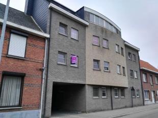 Verzorgd, aangenaam appartement op de eerste verdieping in het hartje van Mol. Het appartement bevat een volledig ingerichte keuken, berging, ruime wo