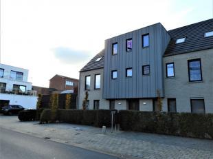 Rustig gelegen duplexappartement pal in het centrum van Onze-Lieve-Vrouwe-Olen. Inkomhal, woonkamer, open volledig geïnstalleerde keuken met aang