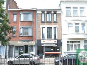 Appartementsgebouw te koop bestaande uit 2 appartementen (met 1 slaapkamer) en een ruime winkel van 200 m². De maandelijkse huurinkomsten van het