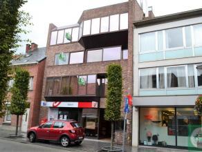 Zeer ruim appartement (3e verdieping) van 154m² met drie slaapkamers op toplocatie in Geel. Indeling: inkomhall, ruime woonkamer, keuken met ontb