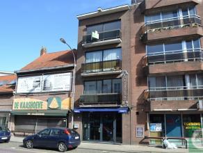 Ruim dakappartement (3e verdieping) in kleinschalig gebouw gelegen in het centrum van Geel. Indeling: inkomhall, twee slaapkamers, apart toilet, badka