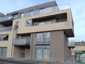 Zeer ruim hoekappartement (2e verdieping) met drie slaapkamers en ruim terras nabij het centrum en station. Indeling: inkomhall met gastentoilet, woon