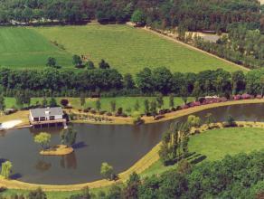 Uniek pand 'De Zilverberk' op meer dan 3ha, omgeven door water en natuur. Exclusieve woning met op het gelijkvloers de garage (2 wagens), bergruimtes