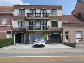 Centraal gelegen gelijkvloers appartement van 85m² met achterliggend magazijn van 275m². Dit appartement bestaat uit een aparte inkomhal, le