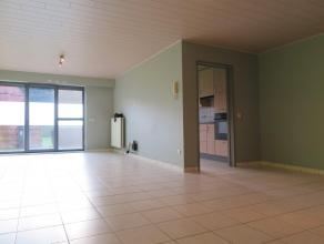 Sfeervol gelijkvloers appartement van 95m² met 2 slaapkamers. Woonkamer met veel licht inval door de grote glaspartijen met toegang naar het terr