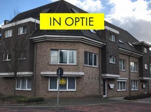 Gelijkvloers appartement van 82m² met 2 slaapkamers in Tessenderlo. Het appartement bestaat uit een inkomhal en ruime leefruimte. Aanpalend vindt