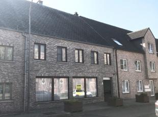 Gelijkvloerse studio van 64 m² in Tessenderlo. U komt binnen in de leefruimte met open ingerichte keuken. Verder is er één slaapkam