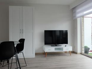 IN OPTIE - Mooi gemeubelde studio van 45m² centraal gelegen in Tessenderlo. De studio heeft een woon- en slaapruimte met laminaatvloer die volled