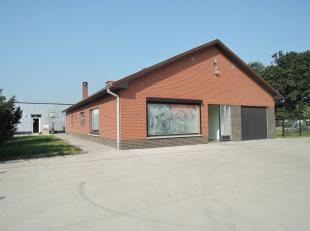 De woning met bijgebouw van 100m² heeft al haar voorzieningen op het gelijkvloers. Het huis is gelegen in een zeer rustig straatje. Door de tuin