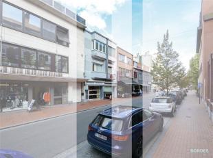 Ruime handelsruimte (ca. 500 m²) op het gelijksvloers, met bijhorend duplexappartement in het centrum van Izegem. Indeling gelijksvloers: handels