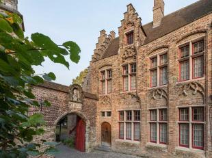 In het historische centrum van Brugge, stijlvolle woning ontworpen door de gerenommeerde Architect Jos Viérin. Deze werd volledig gerenoveerd e