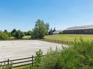 In het hart van een uitzonderlijke omgeving, een paarden-landgoed op 4,5 Ha.<br /> Het hoofdhuis bestaat uit vijf kamers met garderobe, waaronder vier