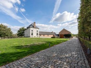 Gelegen in eenlandelijke omgeving, 17de eeuwseigendom met paardenfaciliteiten, dat in 2004 volledig gerestaureerd werd en een bewoonbare oppervlakte h