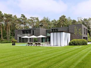 Met uitzicht op de Royal Antwerp Golf Club treft u deze prestigieuze en zonnige moderne villa op ± 9.300 m² met ± 1.130 m² lux