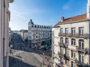 Idéalement situé, proche de la Bourse et de la Grand Place, appartement deux chambres au quatrième étage d'un immeuble qui