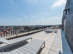 Op de Louizalaan, tussen Châtelain en het Flageyplein, zeer licht penthouse van ± 181 m² en een terras van ± 55 m² met p