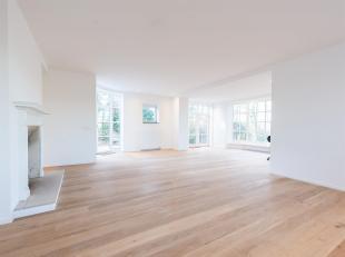 Située dans une rue calme entre le parc de Wolvendael et l'Observatoire, villa unifamiliale d'une superficie de ± 310 m² construite