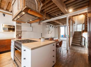 Nabij het Zavelplein, volledig gemeubileerd historisch huis van ± 250 m² en ± 30 m² terras met vier slaapkamers.<br /> In 2011