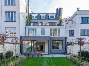 Gelegen in een rustige wijk van Brussel, herenhuis met een oppervlakte van ± 900 m² op een perceel van ± 7,5 are en gevel van derti