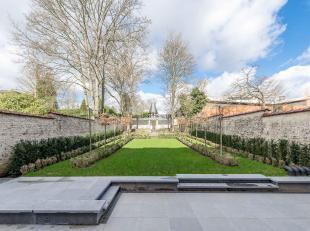 Gelegen in een rustige wijk van Brussel, herenhuis met een oppervlakte van ± 900 m² op een perceel van ± 7,5 are met voorgevel van