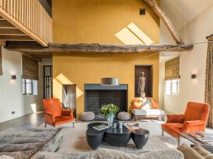 Villa meteen totale bewoonbare oppervlakte van ± 1100 m² op een terrein van ± 2,5 ha. Het geheel bestaat uit de hoofdvleugel met gr