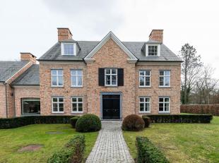 Situé dans un quartier résidentiel calme, grande villa lumineuse offrant une surface habitable de ± 600 m² ainsi qu'un grand