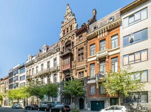 Gelegen op een boogscheut van het Marnixplein treft u deze architectenwoning De Passer uit 1882 in neo-Vlaamse renaissance-stijl van Jean-Jacques Wind