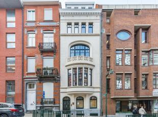Herenhuis van ± 600 m² uit 1901 en volledig gerenoveerd in 2019 met grote lichtrijke leefruimtes.<br /> De woning bestaat op het gelijkvlo