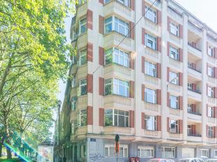 Sur la prestigieuse avenue Louise, proche de toutes les facilités, appartement de ± 135 m² dans un immeuble Art deco des ann&eacute