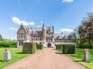 Situé dans un environnement calme et verdoyant, ce château du 13ième siècle est entouré de 9 ha de jardins, ses &eac