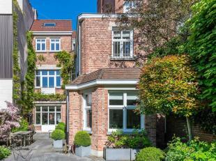 In de buurt van het Brugmannplein, in een rustige straat, prachtig herenhuis uit 1905 met een totale oppervlakte van ± 600 m² en een voorg
