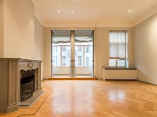 Ideaal gelegen tussen de Zavel en het Poelaertplein, mooi herenhuis met een oppervlakte van ± 298 m² en ± 30 m² terrassen.<br