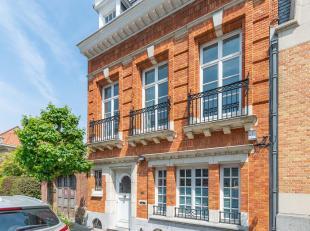 Gelegen in de buurt van het Park Montjoie, deze familie thuis uit het begin van de eeuw biedt ± 350 m² voor vijf slaapkamers. Het heeft de