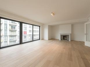 Ideaal gelegen in de onmiddellijke nabijheid van de Franklin Rooseveltlaan en het Ter Kamerenbos, in een rustige en aangename straat, appartement met