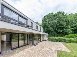 Situé dans un quartier résidentiel calme et verdoyant, villa d'une surface habitable de ± 300 m² avec piscine, sur un terrai