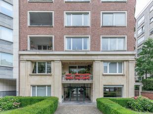 Gelegen in de buurt van het Ter Kamerenbos en de winkels van Vanderkinderestraat op de derde verdieping van een gebouw uit 1949 zorgvuldig onderhouden