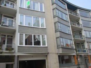 Zeer goed gelegen appartement op de derde verdieping, met lift. Inbegrepen een ruime garagebox. Ramen van het gebouw werden verniewd in 2017. Balkon v