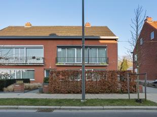 Dit ruime gerenoveerde duplexappartement vinden we in het hart van Mariaburg. Via de private inkomdeur en trap treden we dit mooie duplexappartement b