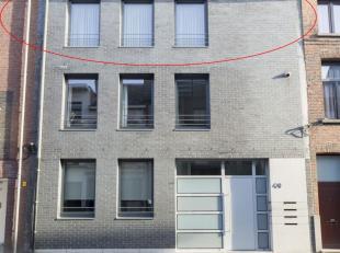 Dit gunstig gelegen appartement bevindt zich op de 2de verdieping van een klein gebouw, voorzien van een lift. Indeling: Hall met videofoon, ruime liv