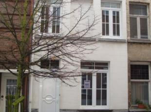 Gezellige kleine rijwoning - centrum Lier Knusse rijwoning met 2 slaapkamers. INDELING: GELIJKVLOERS: Living met open ingerichte kitchenette (elektris