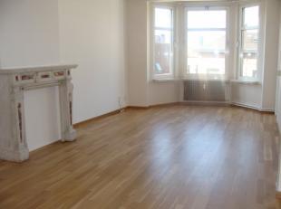 Zeer mooi, gezellig appartement met zeer veel lichtinval op de derde verdieping gelegen in centrum Antwerpen. Op wandelafstand van winkels, openbaar v