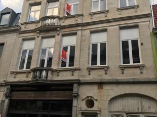 Prachtig appartement op de 1ste verdieping en op loopafstand van hartje Lier. Ruime woon- eetkamer ca. 45m² op laminaat met veel lichtinval en ee