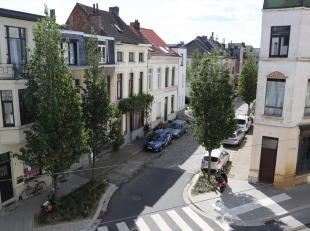 Op 1 minuut lopen van Berchem station ligt deze verzorgde woning met garage.<br /> Alle belangrijke invalswegen, trein-, tram- en busaansluitingen, de